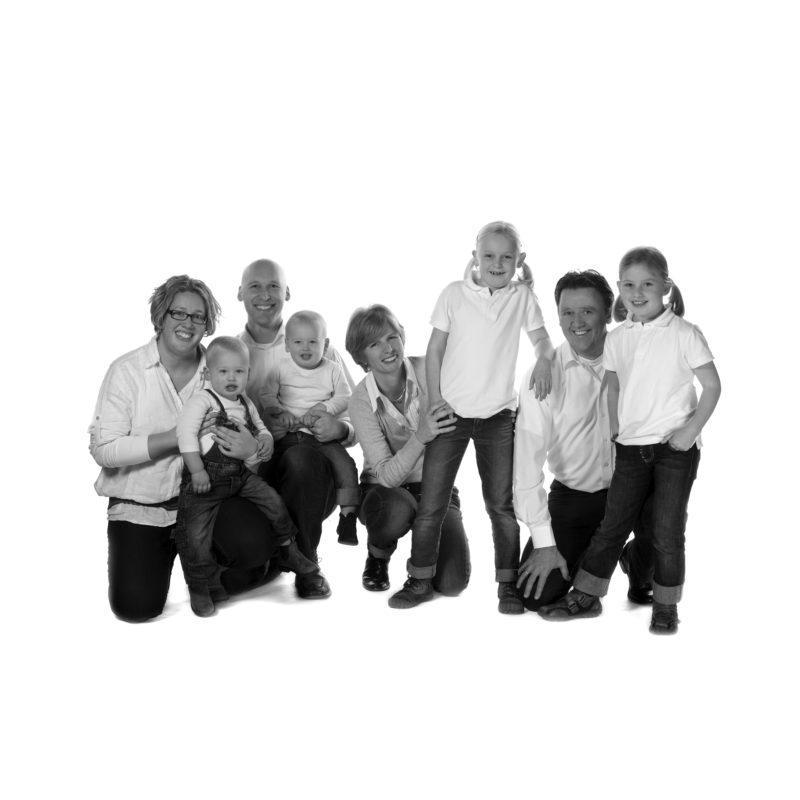 gezinsfoto; gezins fotoshoot; familie foto;Familie fotoshoot in studio; Familie portret; zwart wit portret; zwart wit foto; gezinsportret; fotostudio zwart wit; kleuren foto; familiefoto; gezinsfoto; losse familiefoto; vlotte familiefoto; ontspannen familiefoto