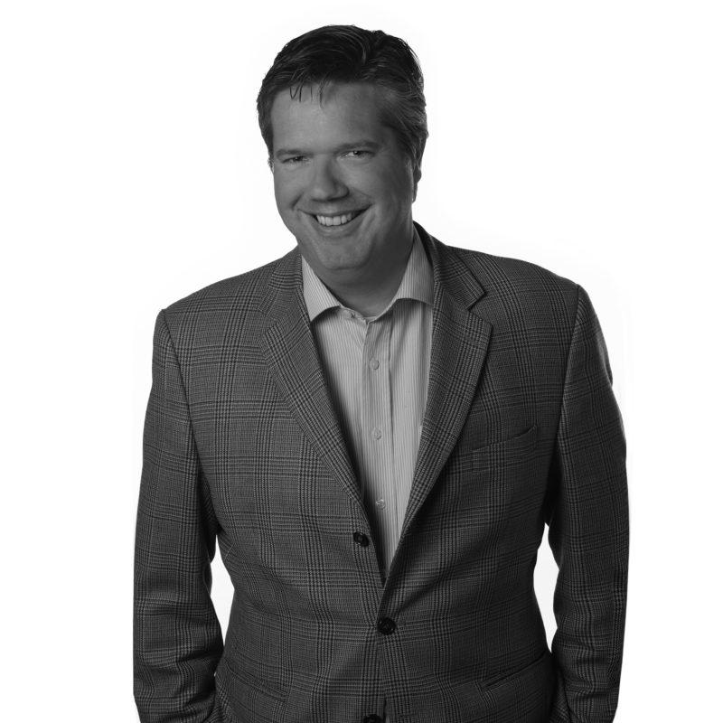 zakelijk portret; zwart wit portret; zwart wit foto; business portret; fotostudio zwart wit; kleuren foto; foto persbericht; foto website; foto LinkedIn; foto instagram; foto facebook; foto personeel; profielfoto