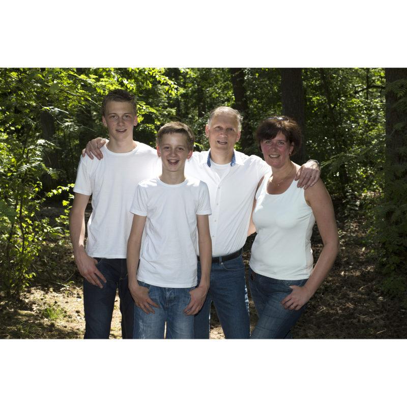 Familie fotoshoot op locatie;Familie fotoshoot op locatie; Familie portret; zwart wit portret; zwart wit foto; gezinsportret; fotostudio zwart wit; kleuren foto; familiefoto; gezinsfoto; losse familiefoto; vlotte familiefoto; ontspannen familiefoto
