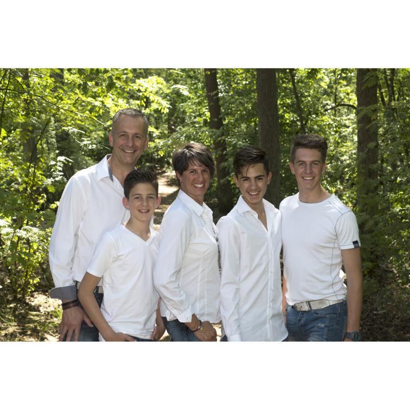 Familie fotoshoot op locatie; Familie portret; zwart wit portret; zwart wit foto; gezinsportret; fotostudio zwart wit; kleuren foto; familiefoto; gezinsfoto; losse familiefoto; vlotte familiefoto; ontspannen familiefoto