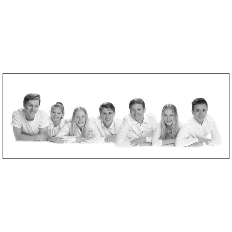 gezinsfoto; gezins fotoshoot; familie foto;gezinsfoto; gezins fotoshoot; familie foto;Familie fotoshoot in studio; Familie portret; zwart wit portret; zwart wit foto; gezinsportret; fotostudio zwart wit; kleuren foto; familiefoto; gezinsfoto; losse familiefoto; vlotte familiefoto; ontspannen familiefoto